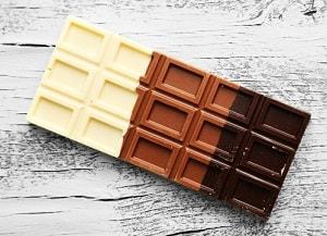 Плитка белого, молочного и темного шоколада