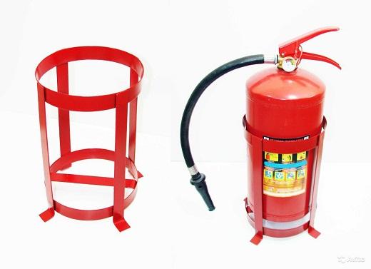 На фото представлен огнетушитель с напольной каркасной подставкой